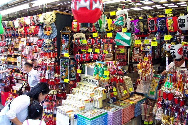 Gift Stand in Nakamise-Dori | Flickr - Photo Sharing!: https://www.flickr.com/photos/picdrop/4495619