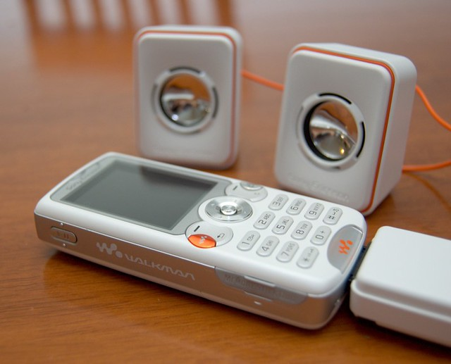 Sony Ericsson w810i (white) with speakers
