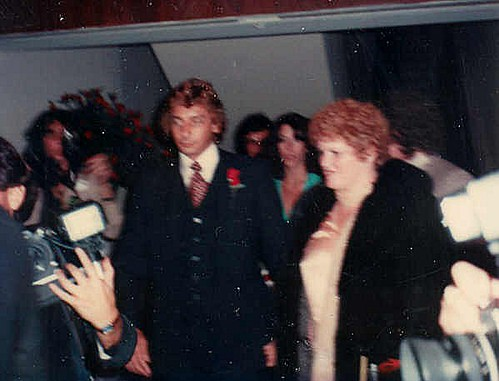 Barry Manilow, Linda Allen   Barry Manilow at the premiere ...