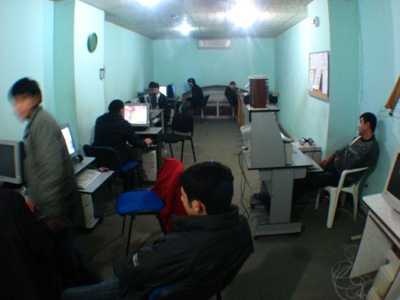 Typical internet cafe scene in Azerbaijan (Baku, Azerbaijan) / インターネットカフェの様子(アゼルバイジャン、バクー)