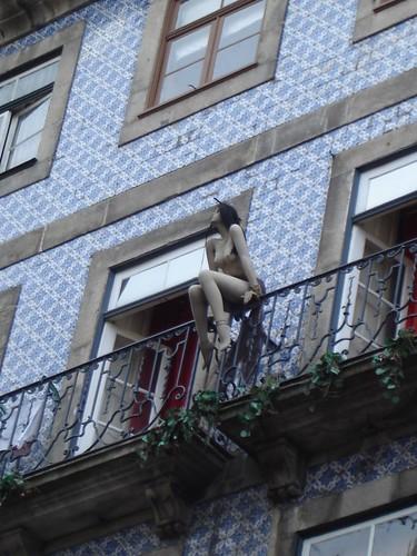 La chica del balc n figurita sentada en el balc n de una for Balcon in english
