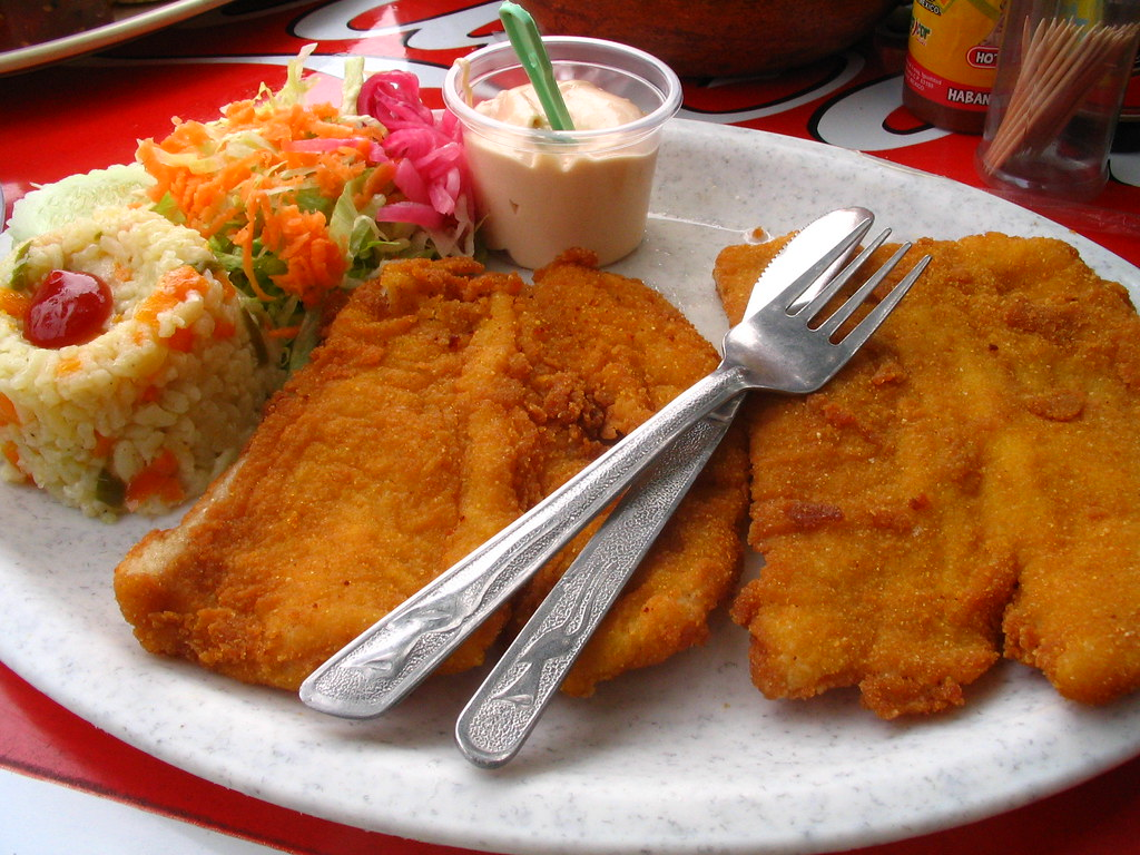 Pescado empanizado ensalada arroz blanco aderezo y - Platos gourmet con pescado ...