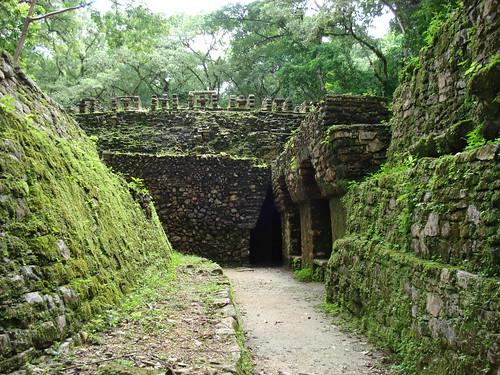 La humedad de la zona y que la ciudad permaneciera engullida por la selva durante siglos aún se aprecia en muchos de sus edificios como El Laberinto (en la imágen).