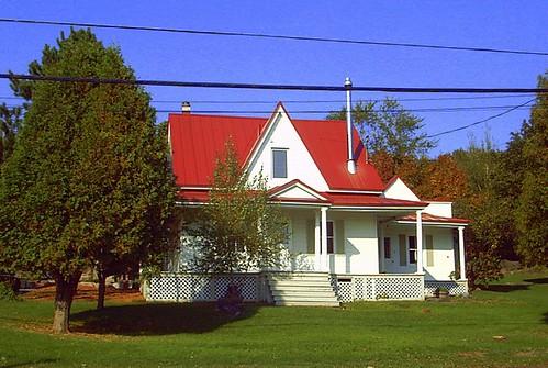 Maison blanche avec toit rouge sur la montagne white - Maison sur toit ...