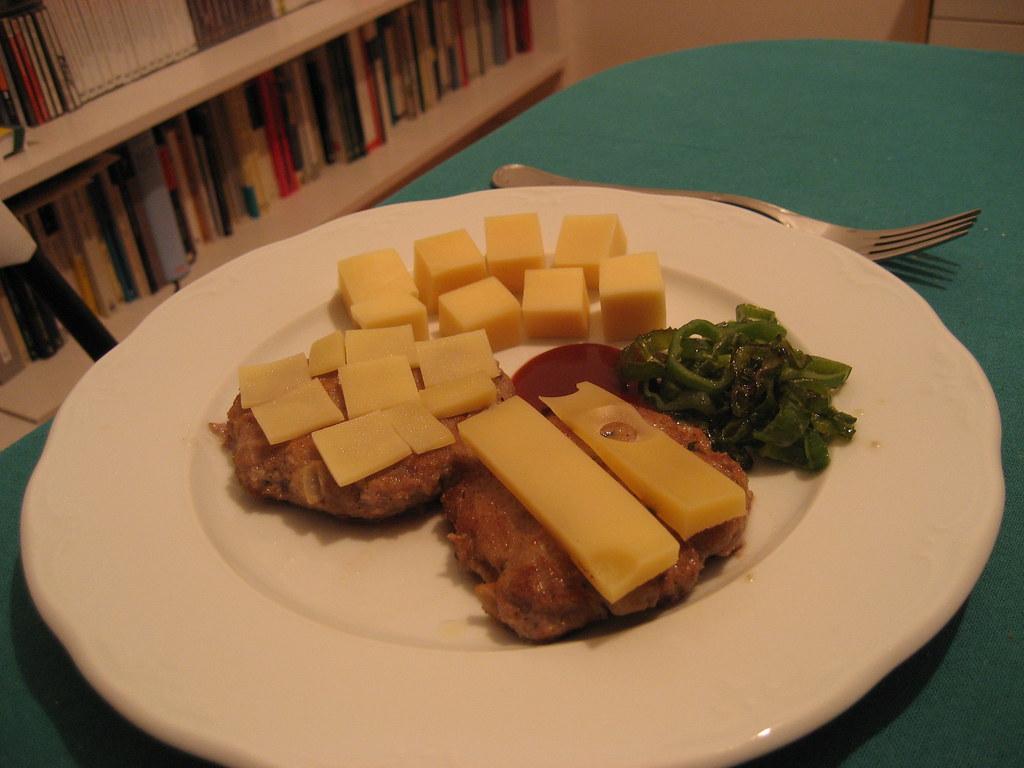En mesa con cuchillo y tenedor dos hamburguesas o for Cuchillos carne mesa