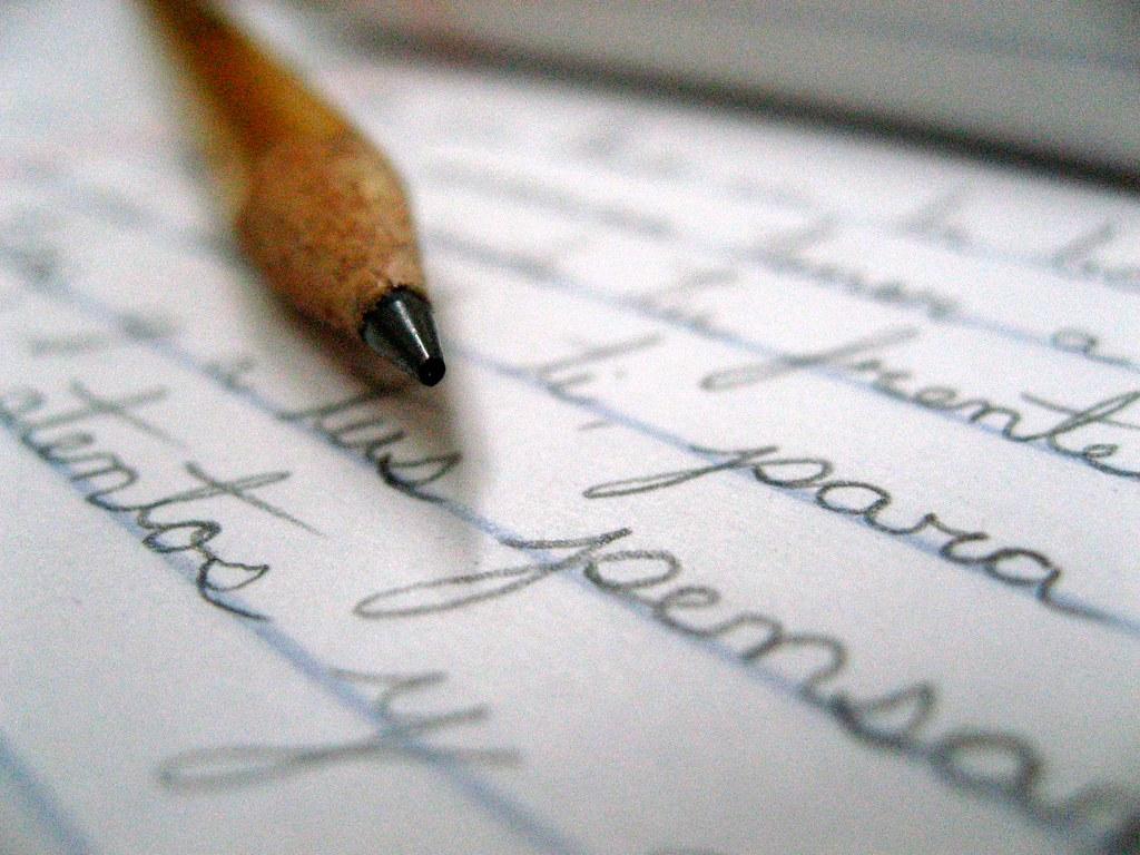 Lápiz y borrador en el fondo de la hoja de papel de dibujo