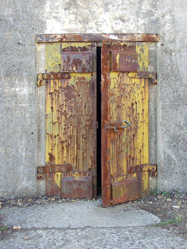 rusty open door | This door is rusted open. | Rachel Lyra ...