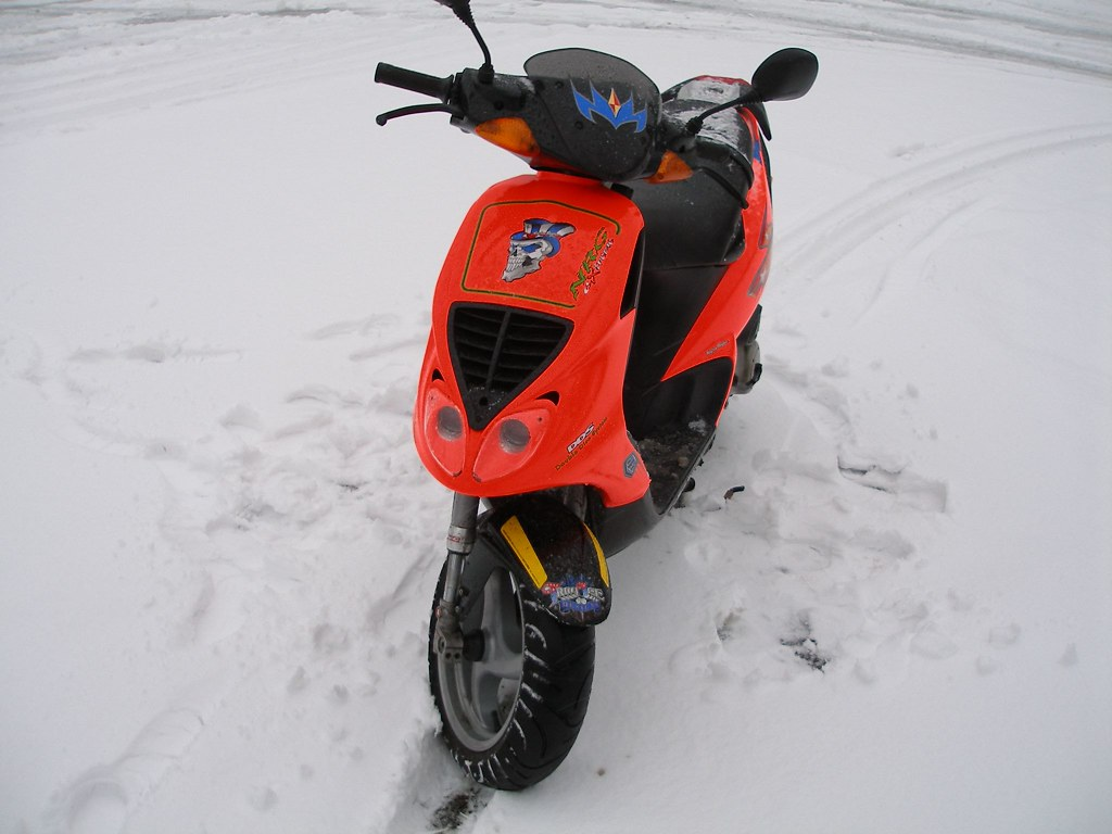 piaggio nrg extreme my scooter in the snow jelle. Black Bedroom Furniture Sets. Home Design Ideas