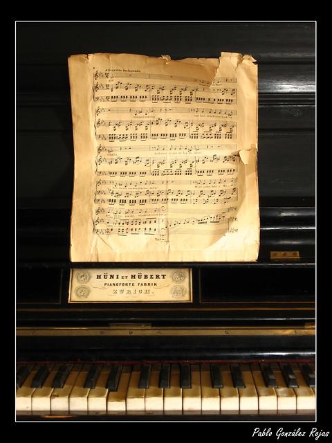 Piano y partitura en casa colonial | Un viejo piano con