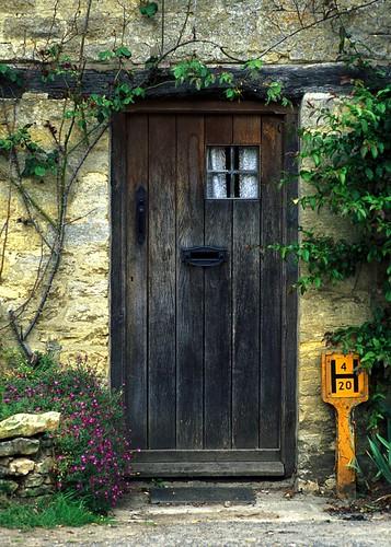 Cottage door a cottage door in the town of bibury for Cottage back door