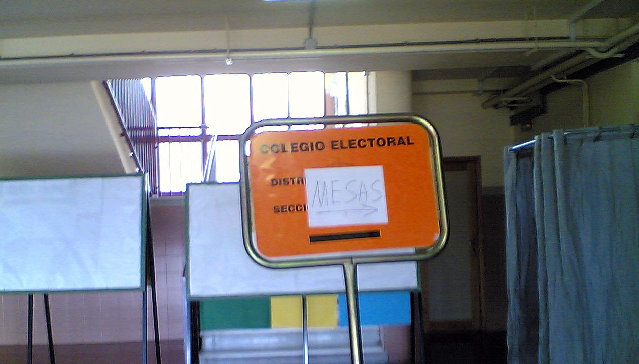 Cartel de colegio electoral, en elecciones políticas en España