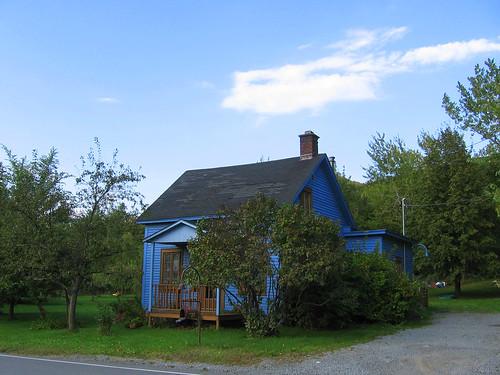 Maison bleue sur la montagne maison de poup e blue house flickr - Maison bleue mobel ...