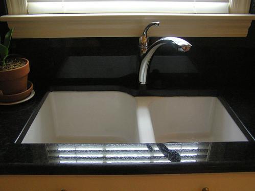Black pearl granite kitchen sink detail sink detail for Marmol color negro brasil