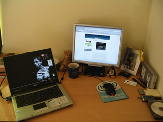 .marius's desk  @ http://www.wirelessisfun.com | by .marius