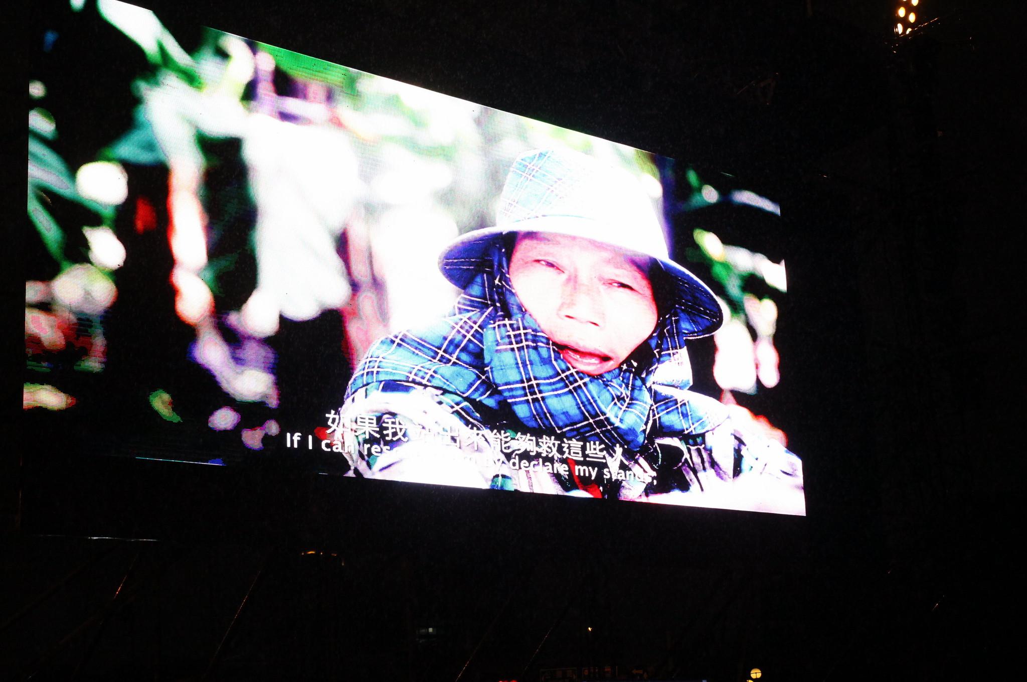 播放葉永鋕母親葉媽媽的紀錄片時,不少同志難過落淚。(攝影:陳逸婷)