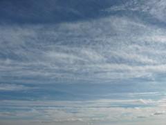Iltapäivällä pohjoisesta lähestyvän kylmän rintaman untuvapilviä rintaman suuntaisina nauhoina liikkeessä kaakkoon