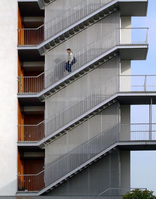 Escaleras escaleras exteriores del edificio de viviendas for Escaleras de exterior metalicas