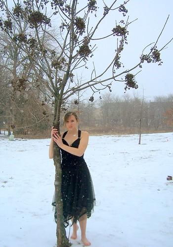 девушка вышла покурить в босоножках зимой фото
