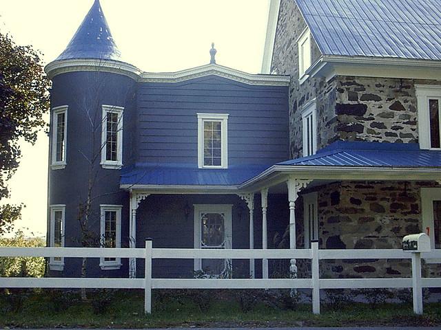 Maison De Pierre Au Toit Bleu Sur La Montagne Rallonge
