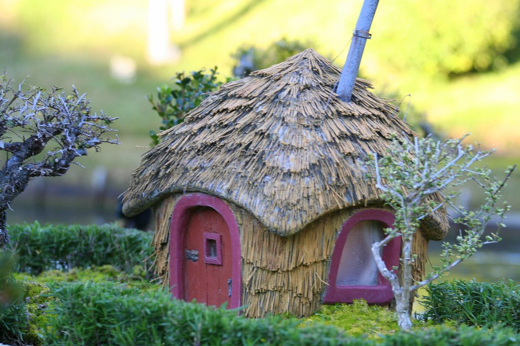 Three little pigs straw house this pig 39 s house was for Who invented houses