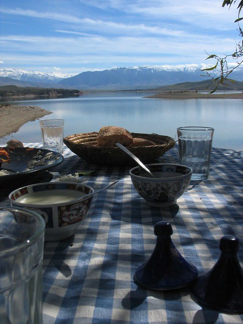 l 39 art de la table eating by the lake with the high atlas i flickr. Black Bedroom Furniture Sets. Home Design Ideas