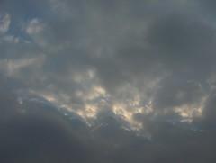 Heikon kylmän rintaman hahtuva- ja alempana sumupilvimäisiä kumpukerrospilviä liikkeessä itään aamupäivällä