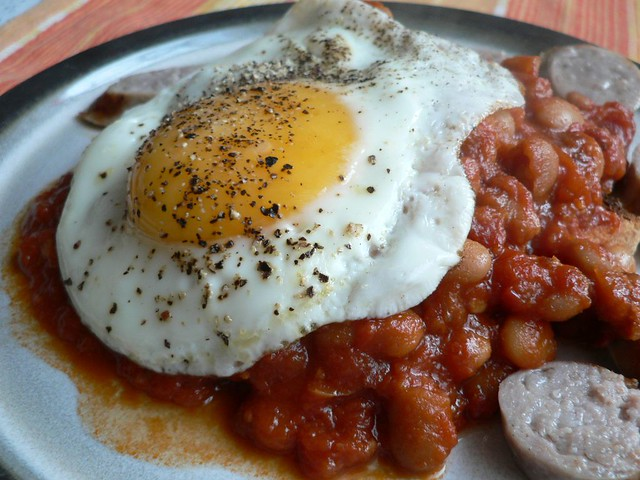 baked beans on toast with sausages and fried egg - gebackene Bohnen ...