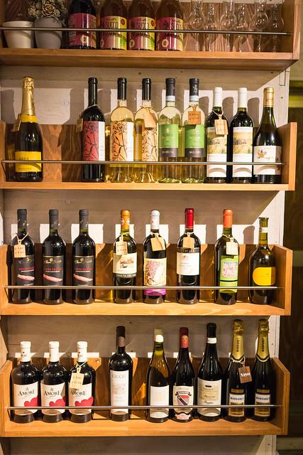 北千住「La ZAPPA」ワインの並ぶ棚
