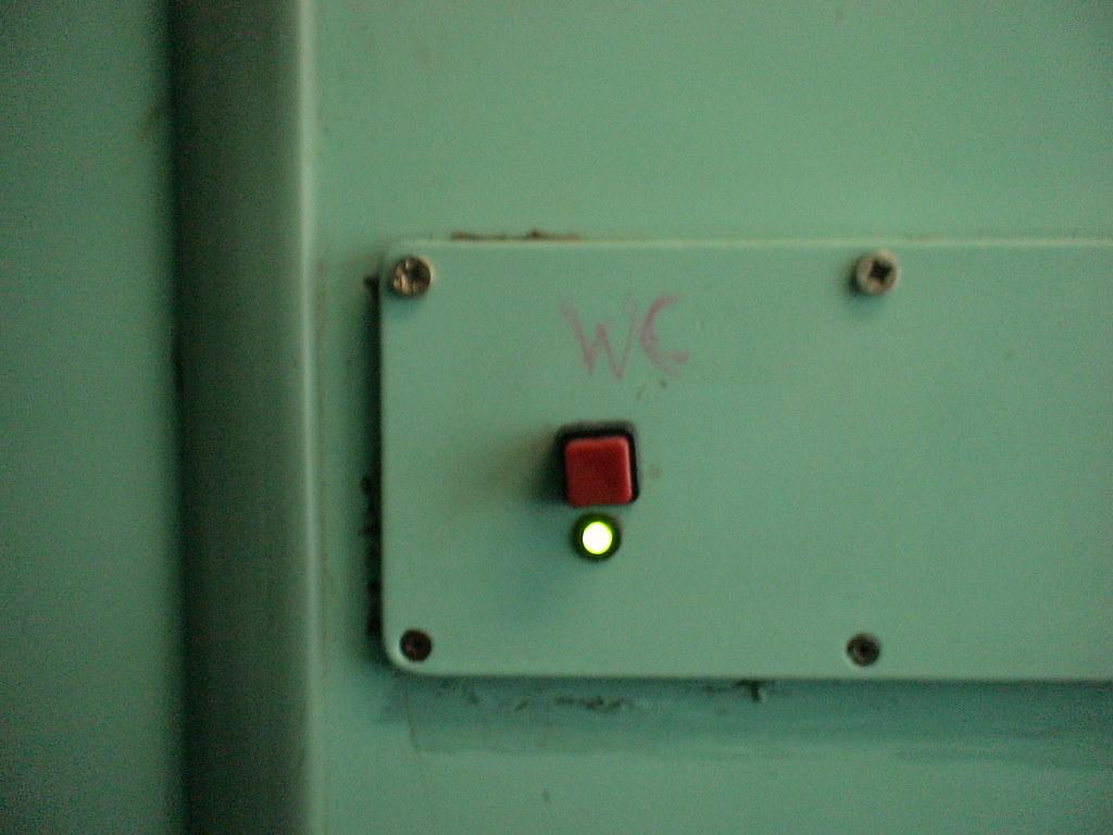 Bot n bot n que acciona la cisterna de un v ter de un for Cisterna vater