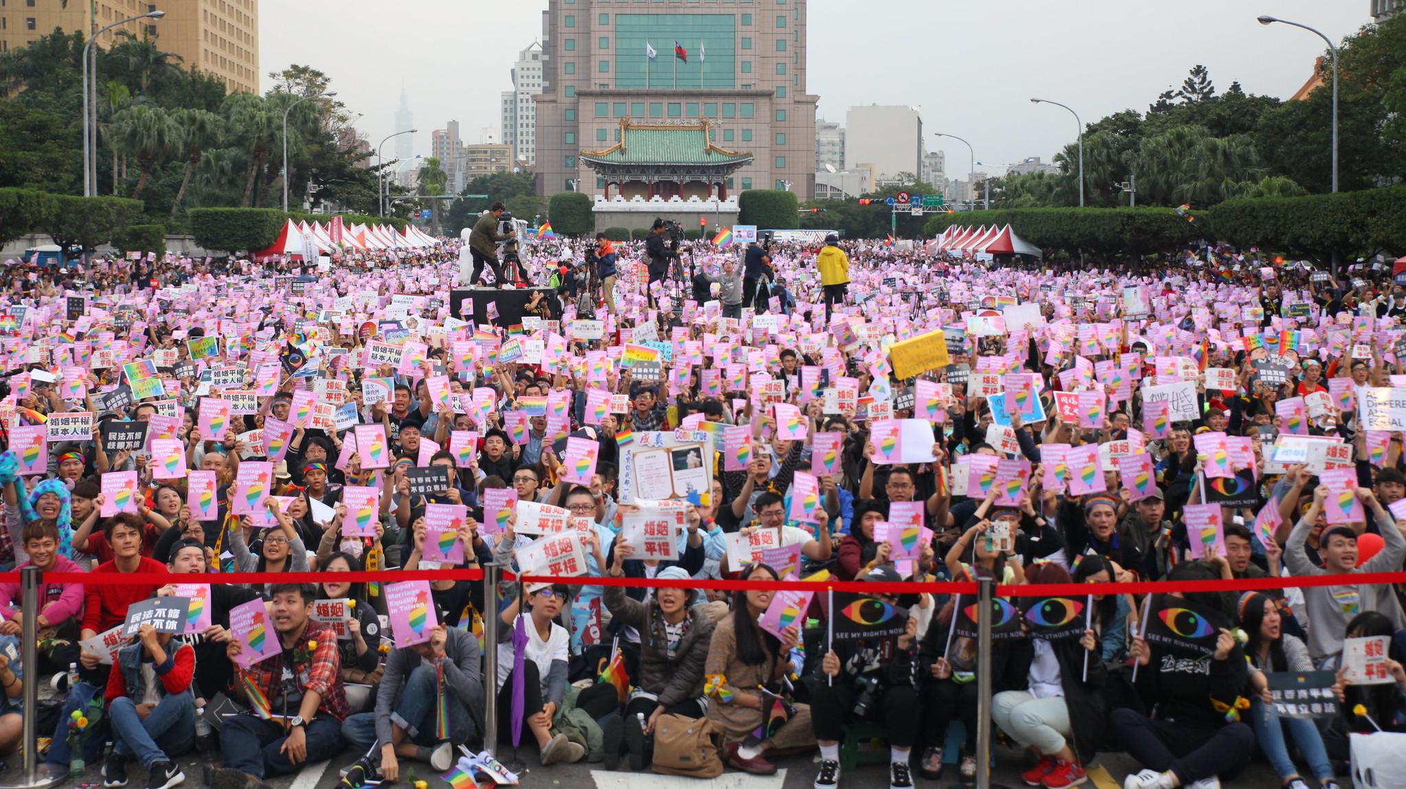 主辦單位估算,有超過25萬民眾上街挺同婚。(攝影:陳逸婷)
