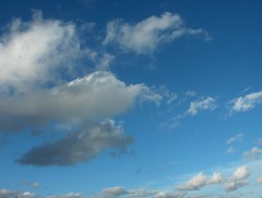 Rintaman jälkipuolen iltapäivän kumpupilviä tyypilliseen polaari-ilmamassan tapaan liikkeessä itään-kaakkoon