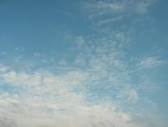 Ylimpänä palleropilviä alakerroksen pienten kumpukerrospilvien kanssa liikkeessä itään-koilliseen illansuussa