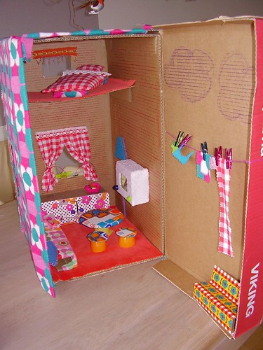 Dollhouse made of a cardboard box | by mirandavelanda