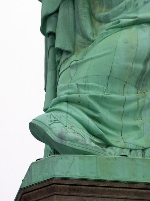 Le pied de la statue d...