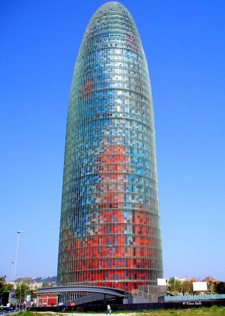 Torre agbar barcelona la torre agbar es un rascacielos for Oficinas aguas de barcelona