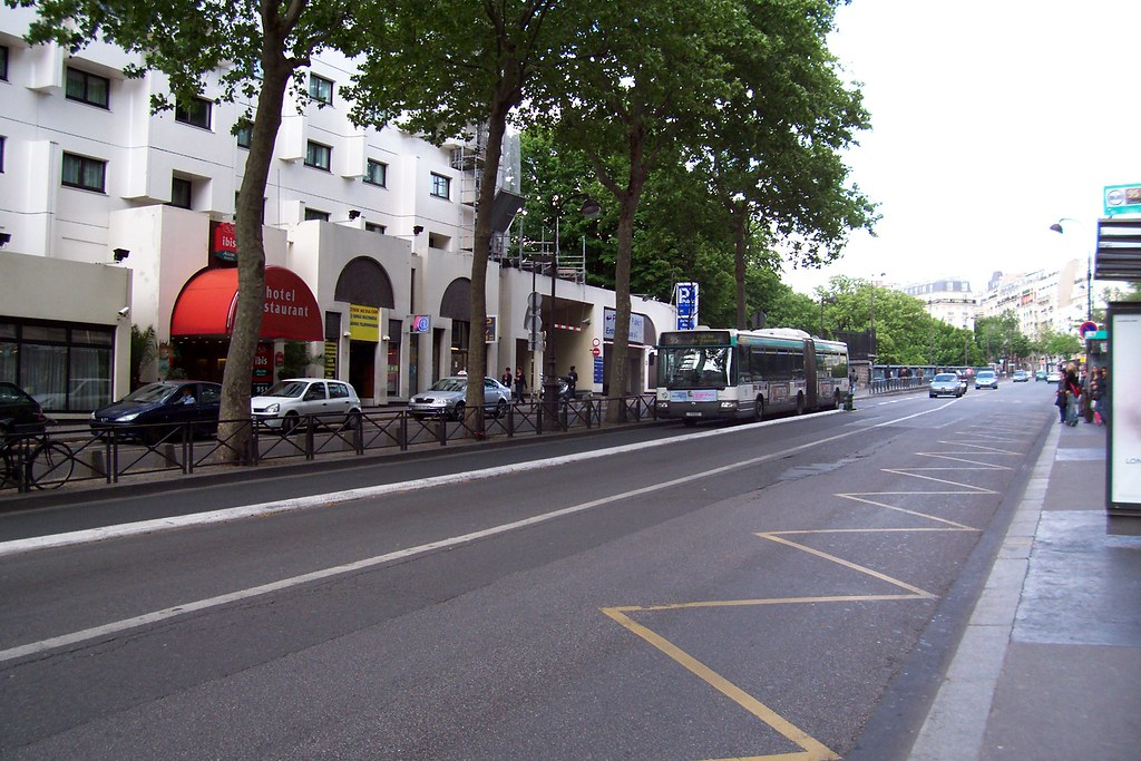 bus lanes rue caulaincourt paris 95 bus in the 18th arro flickr. Black Bedroom Furniture Sets. Home Design Ideas