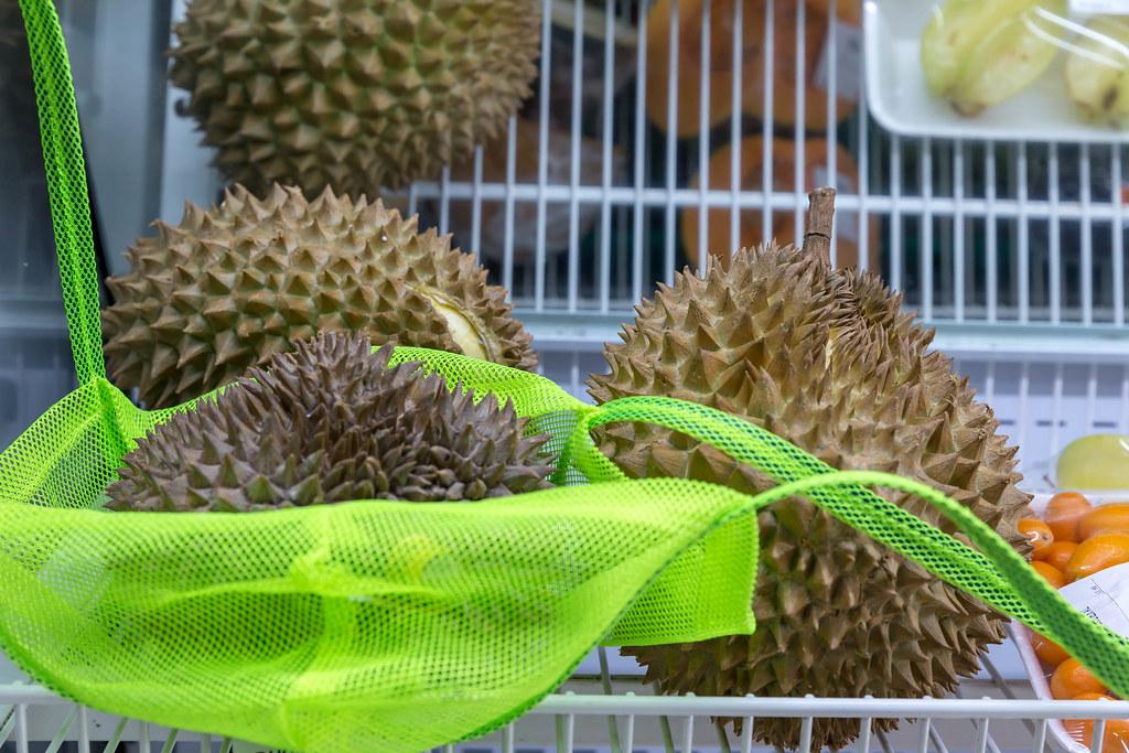 mehrere durian fr chte in einem regal eines supermarktes. Black Bedroom Furniture Sets. Home Design Ideas