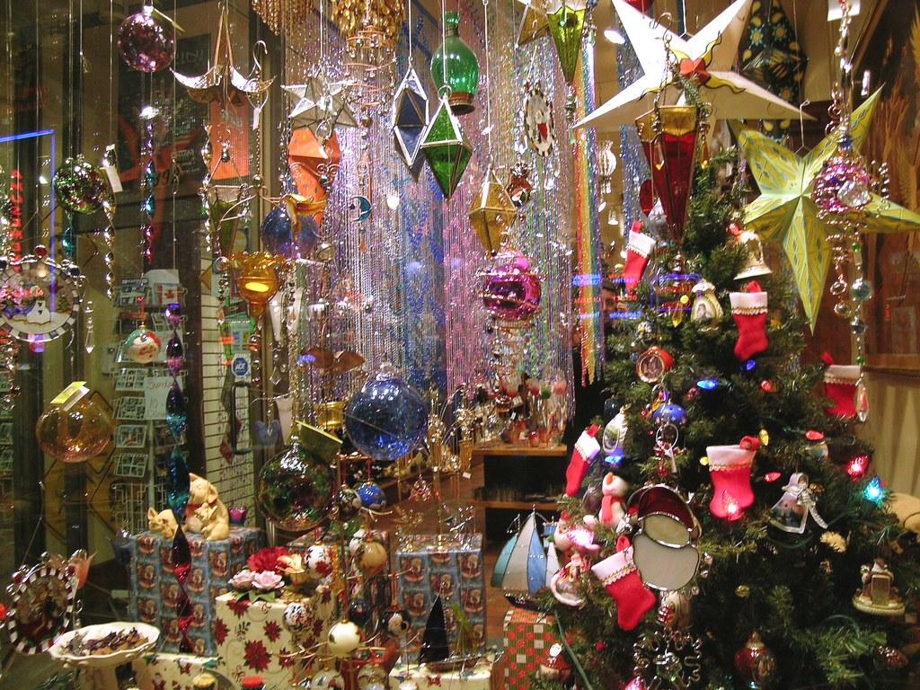 Christmas bling montreal christmas store front window for Decoracion navidena