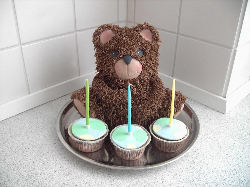 3D teddy bear birhtday cake with cupcakes 3D teddy bear ...