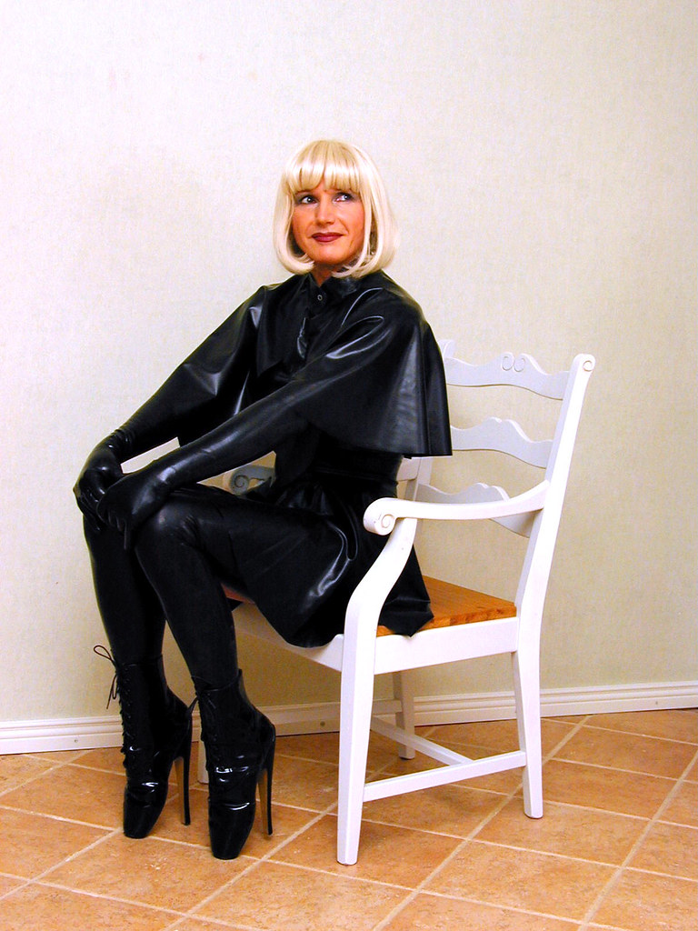 High society ladies dressed in leather fucked in garden - 1 7