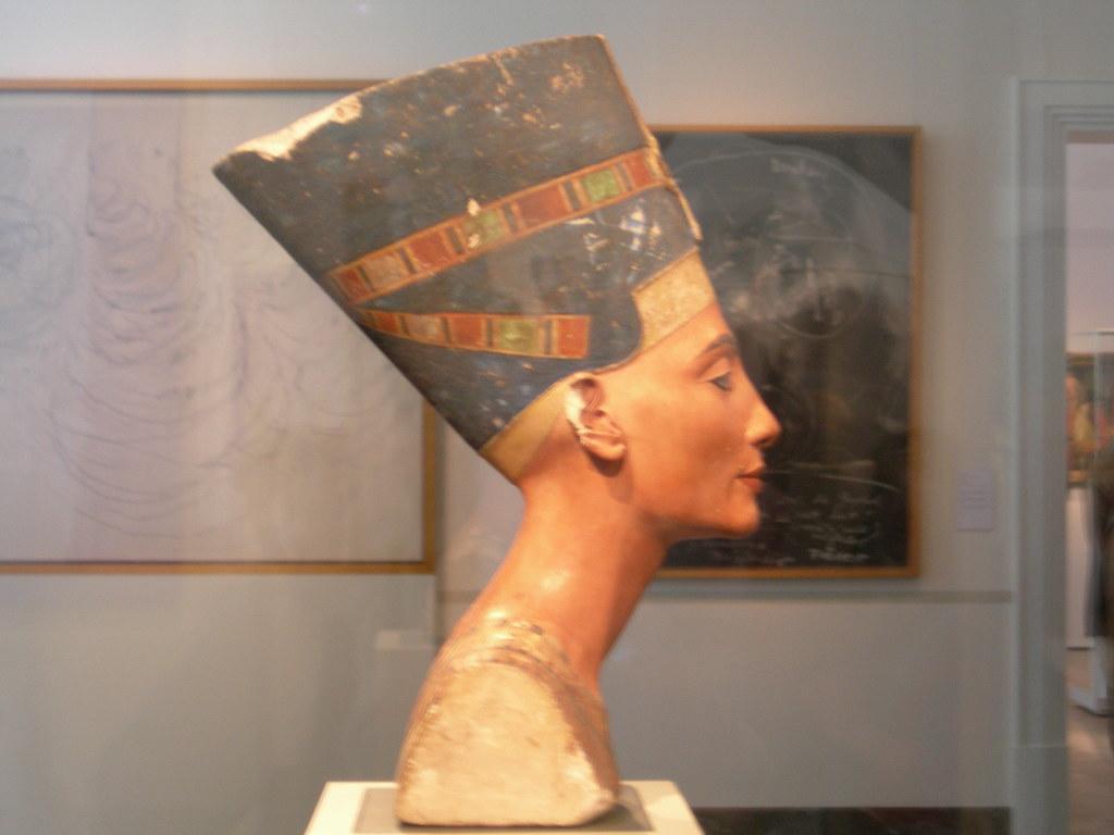 Nefertiti (Derecha)