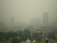 <p>Smog sur Kuala Lumpur</p> <p>Crédits photo : servus, sur Flickr.com</p>