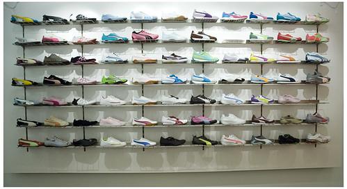 Puma store wall of shoes at the puma store 1100 rush st - Estanterias para calzado ...