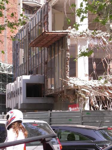 enderrocament edifici mobles la favorita al carrer urgell