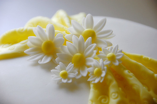 how to make wired gumpaste daisies