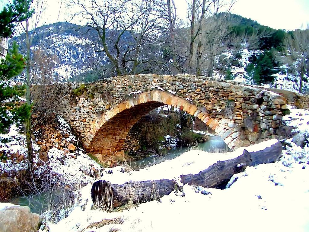 Puente nevado sobre el Río Valdelinares