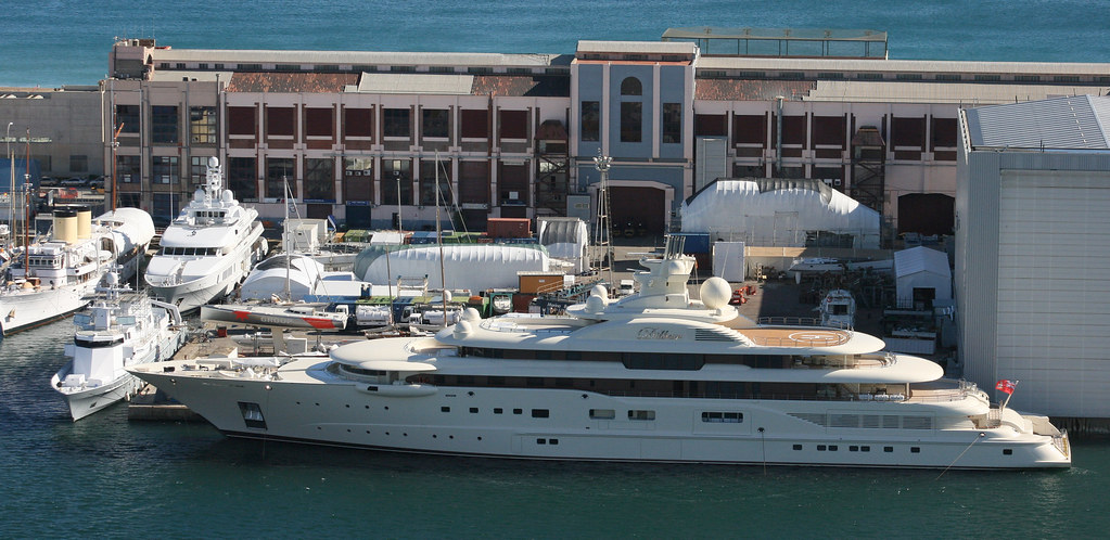 Alisher usmanov 39 s dilbar mb 39 92 this yacht belongs to for Interior yates de lujo