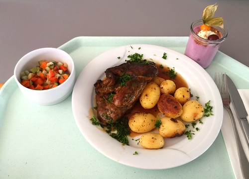 Lumberjack pork steak with red wine sauce & roast potatoes / Holzfällersteak vom Schwein mit Rotweinjus & Röstkartoffeln