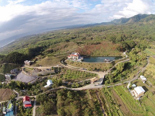 位在都蘭南八里上的大型農舍,目前正在興建中,空拍圖可以看見整個園區廣泛地佔據山腰。(munch提供)