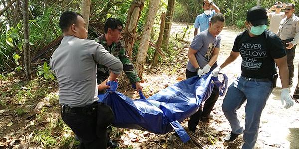 Tim WFQR Lantaman IV Tanjungpinang dan Polres Bintan, saat mengevakuasi mayat yang ditemukan
